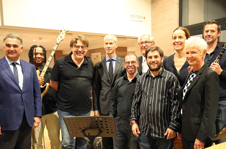Les musiciens de Sirocco Jazz de L'Évasion posent avec le ministre de la Culture Franck Riester