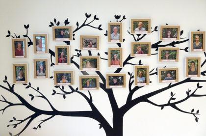 Un arbre présente l'équipe du Camsp (Centre d'Action Médico-Sociale Précoce) d'Alsace Centrale à Châtenois
