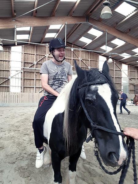 un résident rit aux éclats sur son cheval