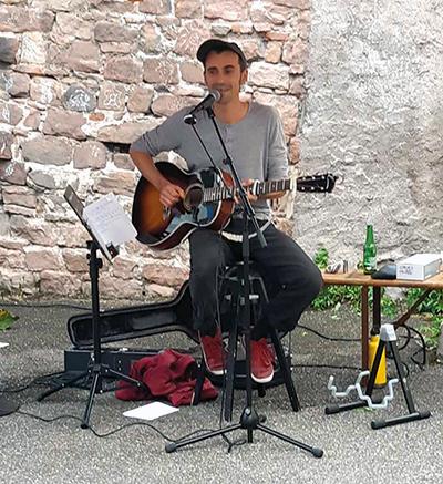 un musicien à la guitare