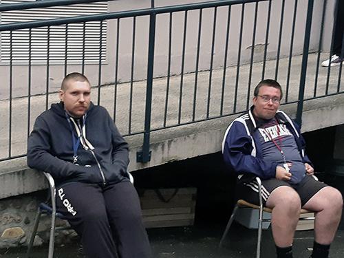 deux résidents dans la cour