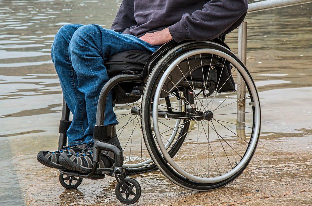 personne dans un fauteuil roulant